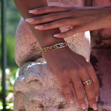 Bracelet et bague plaqué or jaune pour illuminer votre bronzage... Disponible sur notre site: www.peaceismyreligion.com